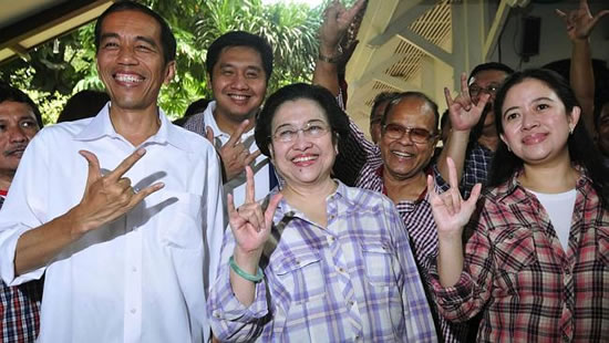 Joko Widodo poses with former Indonesian president Megawati Sukarnoputri during his gubernatorial campaign in 2012.